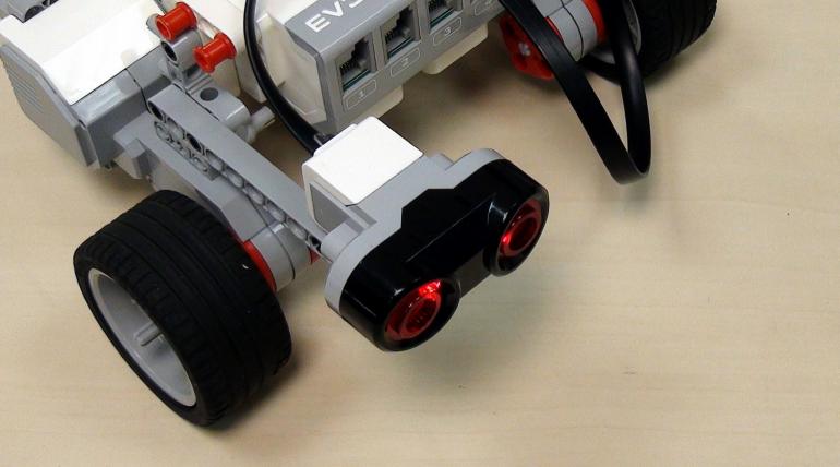Seinää seuraava robotti